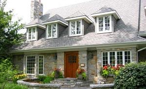 загородный дом с фасадом из натурального камня